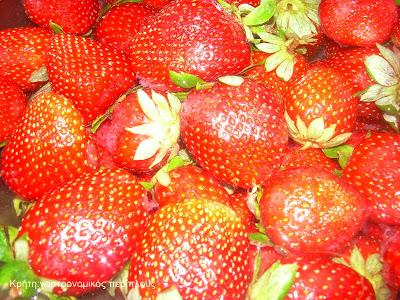 «Μους» με γλυκιά μυζήθρα και σάλτσα φρούτων