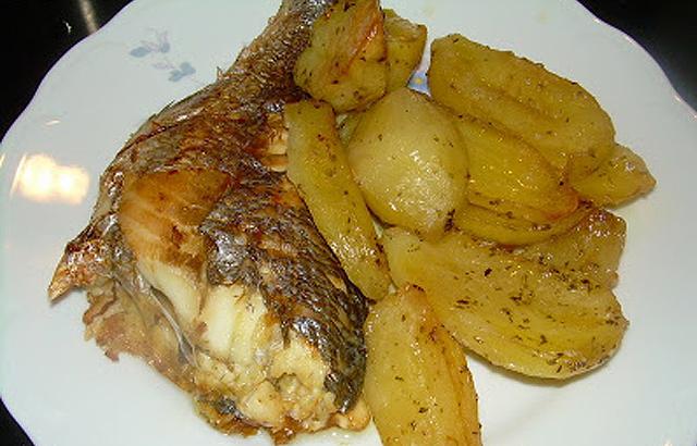 Ψάρι με πατάτες, λεμόνι και ρίγανη στο φούρνο