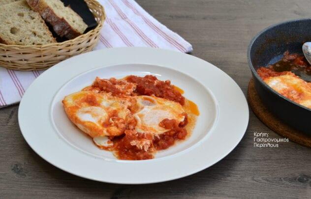 """Αυγά μάτια με ντομάτα και ένα """"κρητικό"""" croque madame! (VIDEO)"""
