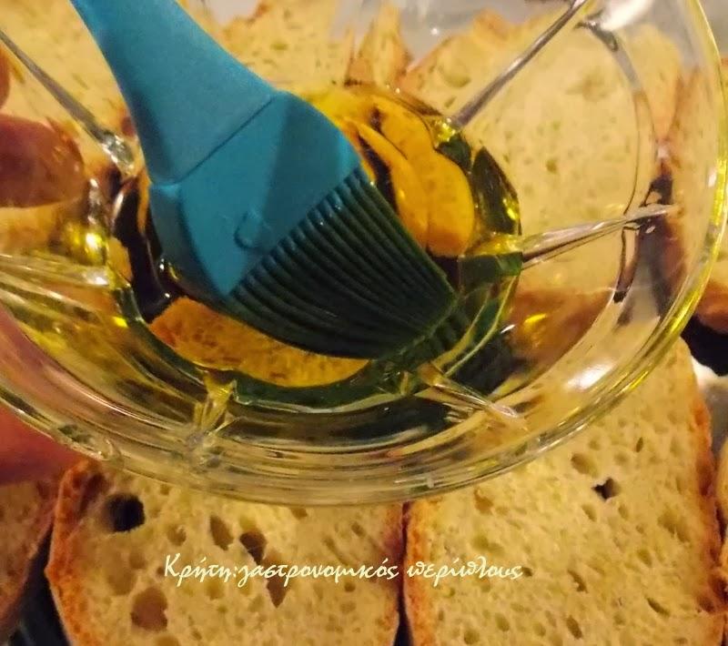 Ψωμί, λάδι, αλάτι και μυρωδικά