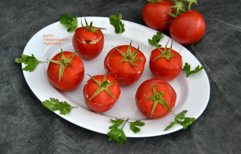 Ντομάτες γεμιστές με τονοσαλάτα