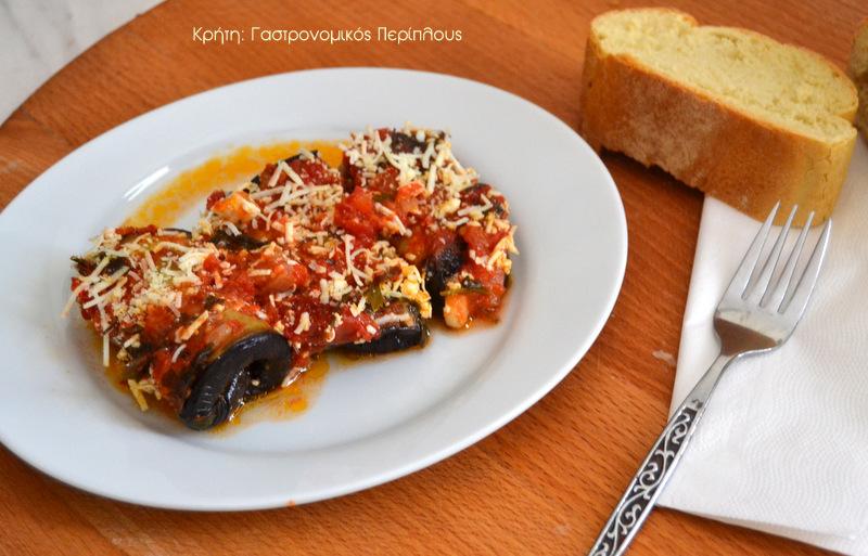 Ρολά μελιτζάνας και κολοκυθιού με τυρί, σε σάλτσα ντομάτας