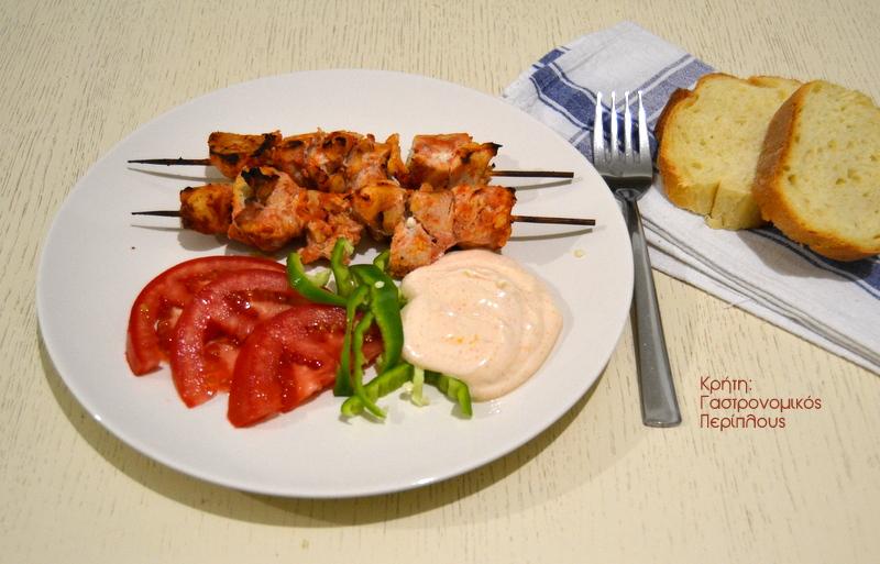 Σουβλάκια μαριναρισμένου κοτόπουλου με σάλτσα γιαουρτιού