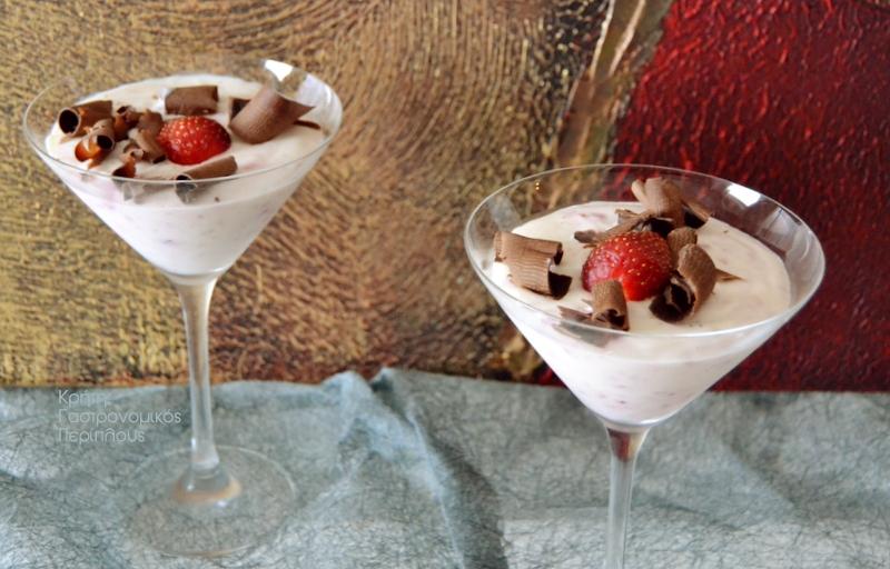 Γλυκό ψυγείου με γιαούρτι και φράουλες (ή άλλα φρούτα)