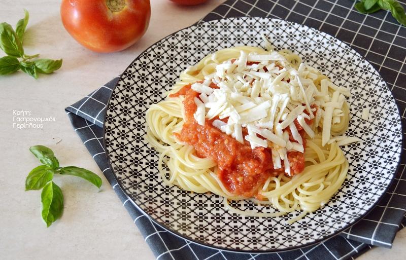Απλή μακαρονάδα με σάλτσα ντομάτας και άρωμα βασιλικού
